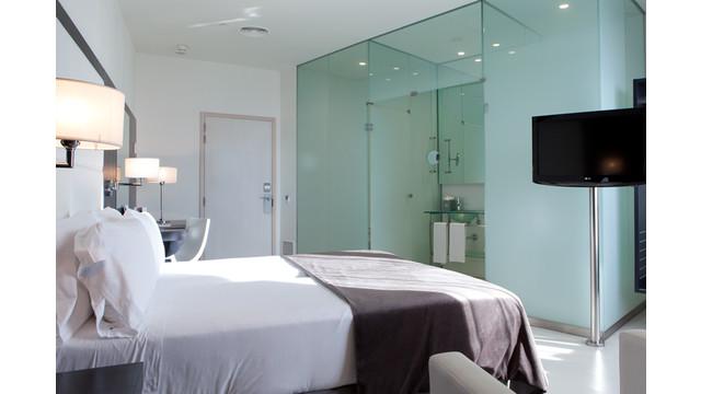 Deluxe-Room-in-Porta-Fira.