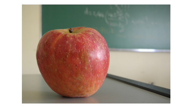 apple-on-school-desk_11528461.psd